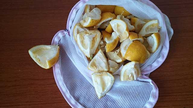 レモンの皮を洗濯ネットに入れる