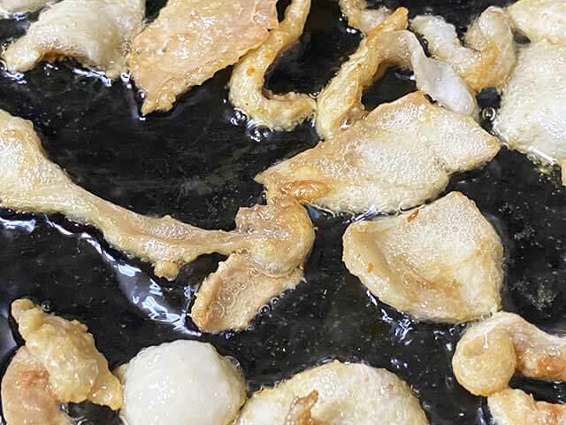 鳥皮から出た油で揚げられて鳥皮がカリカリになる