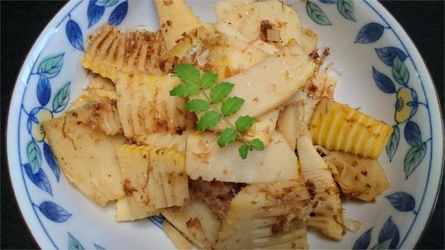 タケノコの土佐煮に山椒を添える