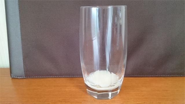 グラスにカルピスを少しだけ入れる