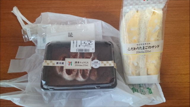 セブンミールで買ったティラミスと卵サンド