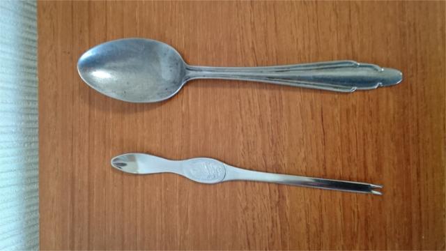 普通のスプーンとは大人と子供ほどのサイズの違いがある
