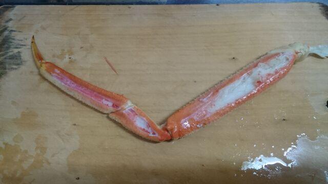 カニのカラむきを引くと殻が野菜の皮のように剥ける