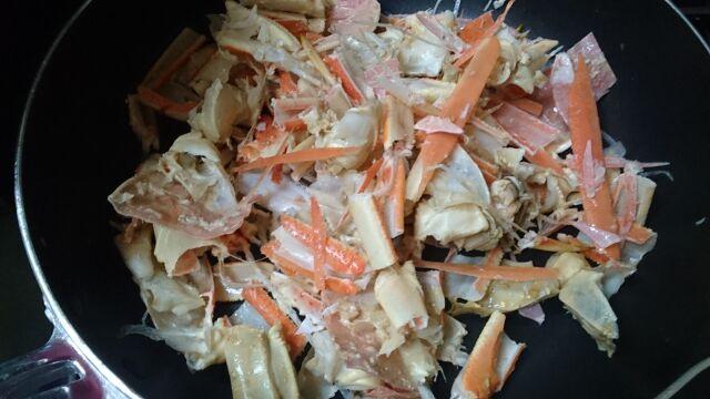 細かく切ったずわいがにの殻をフライパンで炒める
