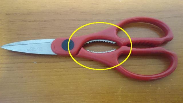 カニの爪は調理ばさみで割った方が楽