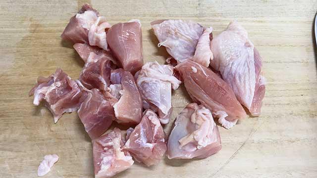 適当な大きさに鶏肉を切る