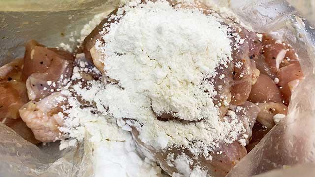 小麦粉と片栗粉を入れる