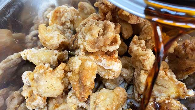 鶏肉とごぼうに熱いタレをかけよく混ぜる
