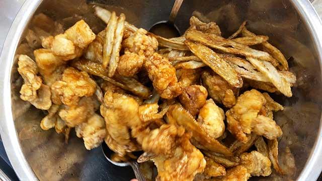 ゴボウと鶏肉とタレをよく混ぜ合わせる