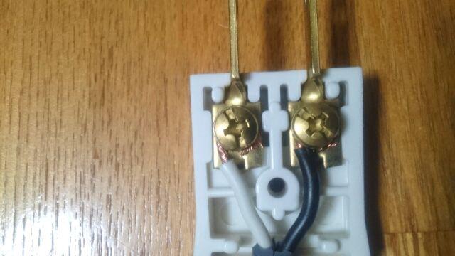 銅線をプラグに接続する