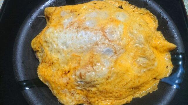野菜炒めに卵をかぶせる