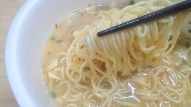 麺は細めの縮れ麺で硬め