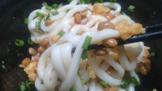 麺に絡みつく納豆と天かす