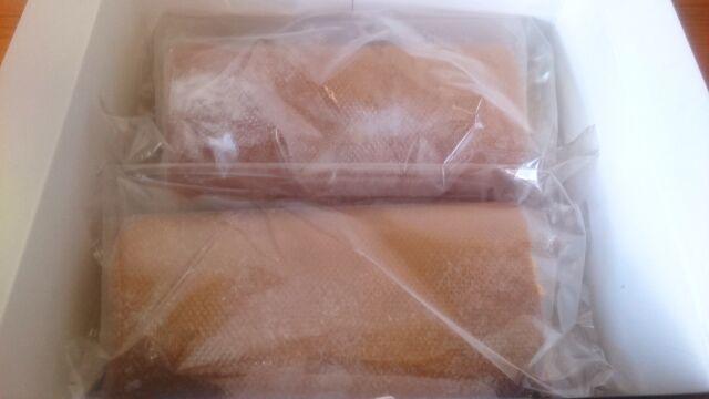 箱の中には300グラムの冷凍されたロールケーキが2本