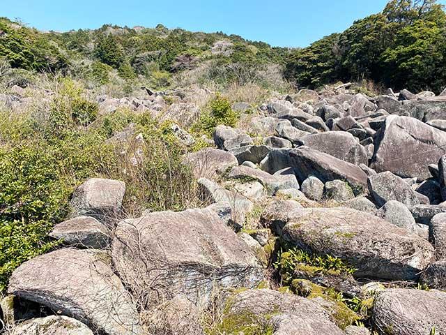 岩だらけの万倉の大岩郷