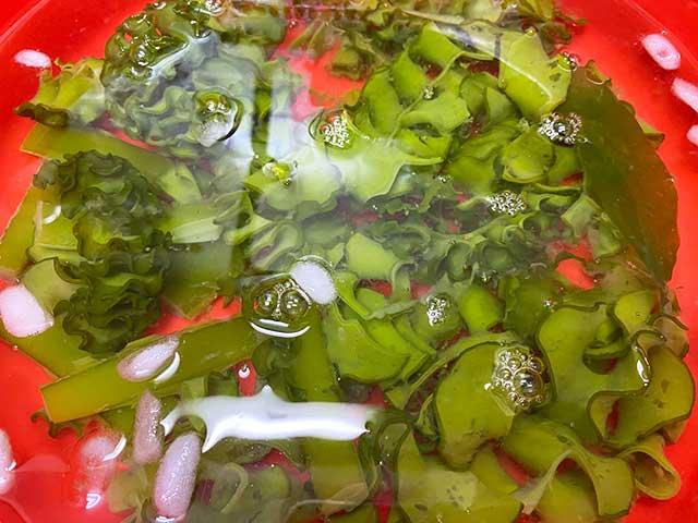 ゆでためかぶの緑色を保つため冷水につける