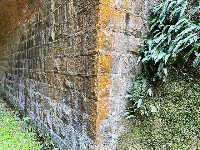 トンネルの土台は石積みで、上部はレンガ造り