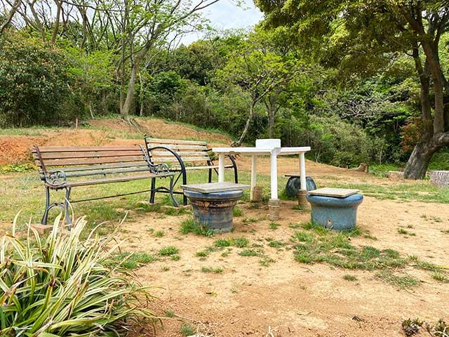 巌流島の展望地のテーブルと椅子