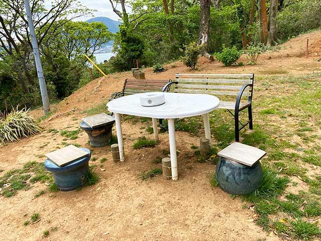巌流島の展望地の椅子や机