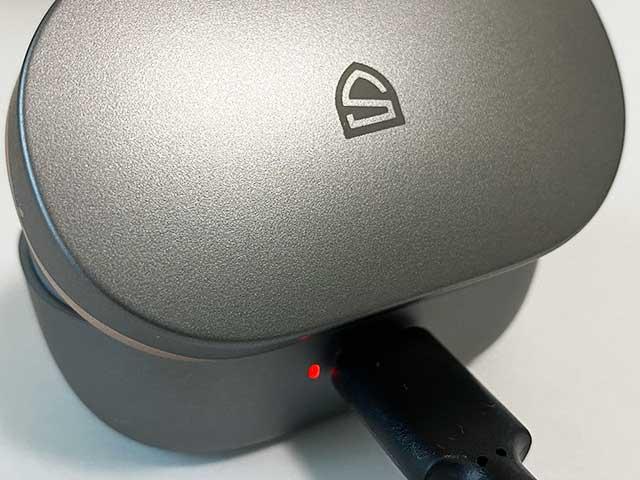 充電ケーブルで充電ケースを電源に接続して充電
