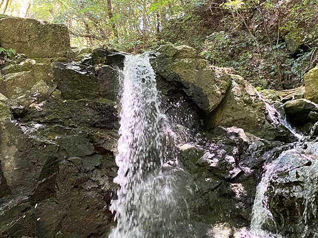 中山渓の雄滝は左右2本に別れて流れ落ちる