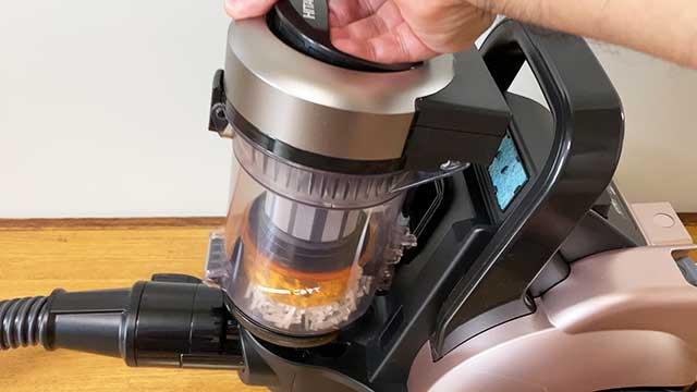 ダストケースの持ち手部分を軽く上に引っ張ると、ダストケースが本体から外れる