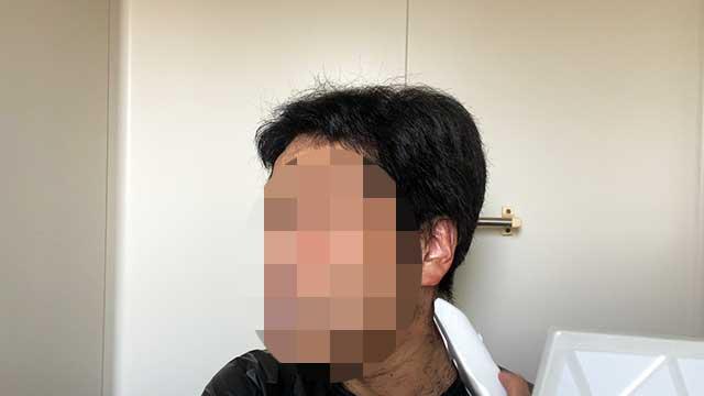 アタッチメントを取り外して、首周りのうぶ毛をカット