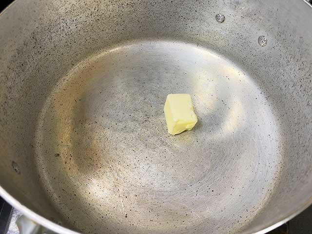 鍋にバターを入れる