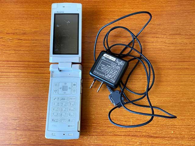 富士通のガラケーF706iと充電器