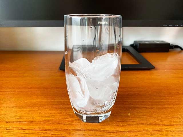 コップに氷を入れる