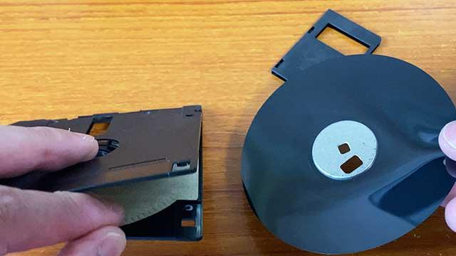 中のディスクを取り出す
